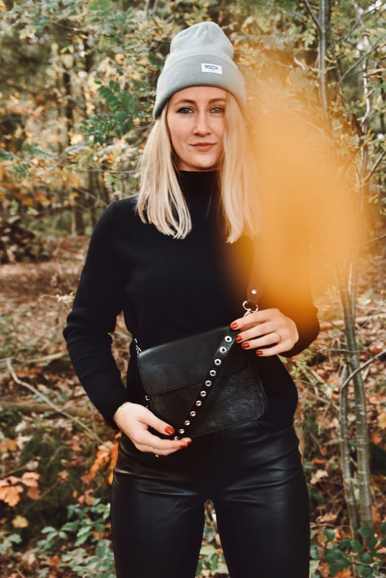 Black leather bag with short bagstrap